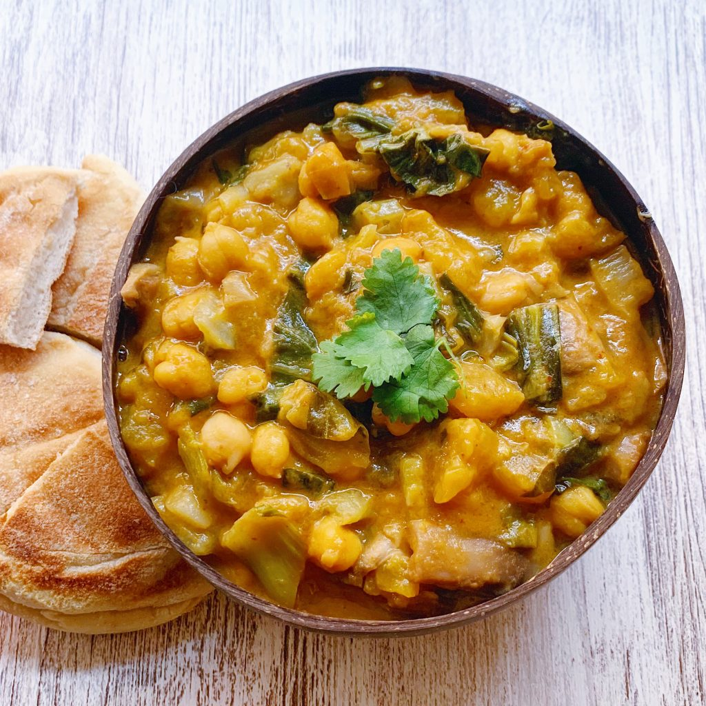 curry de mango y garbanzos con pan tostado