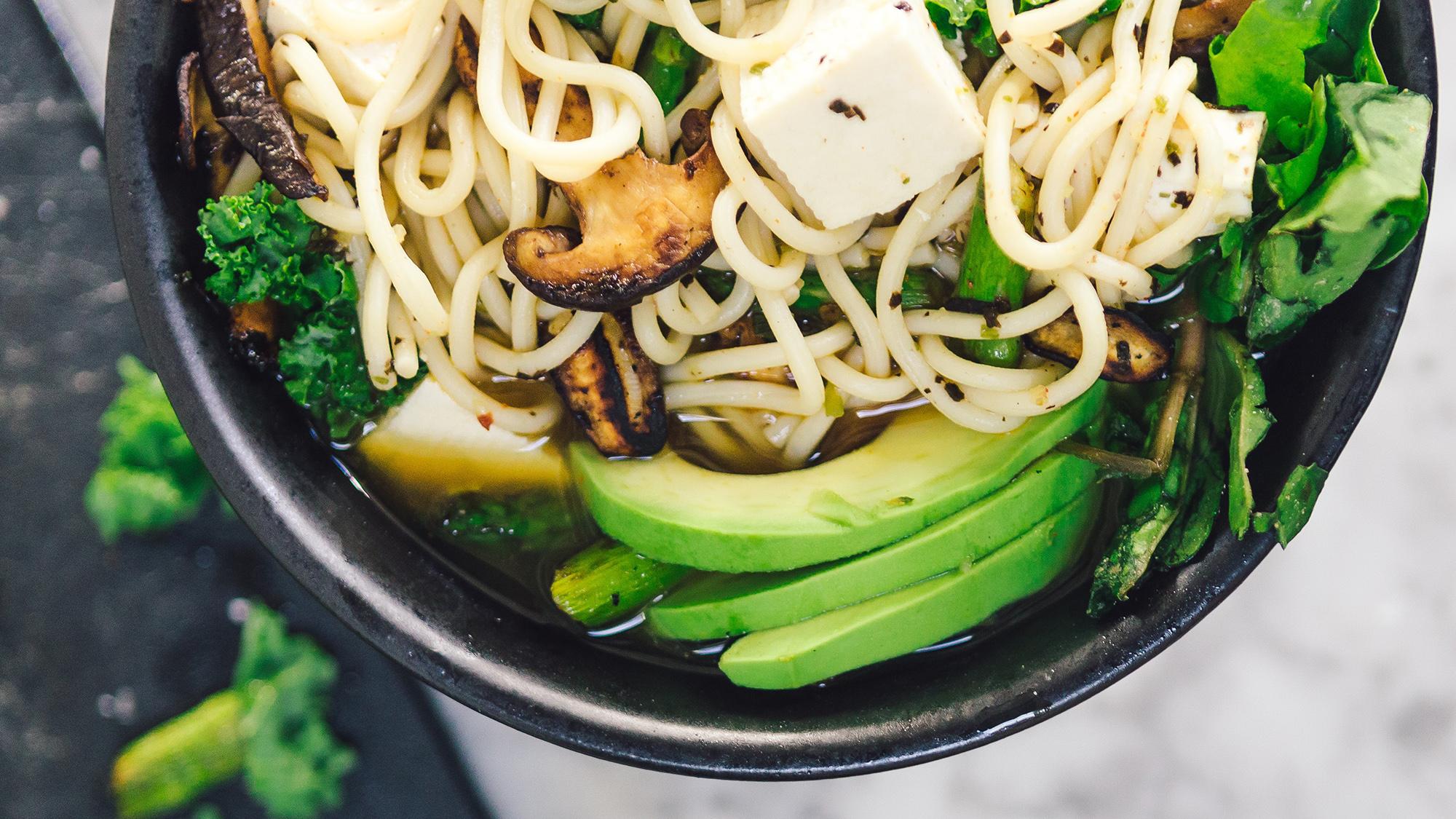 ramen vegetal con tofu y aguacate